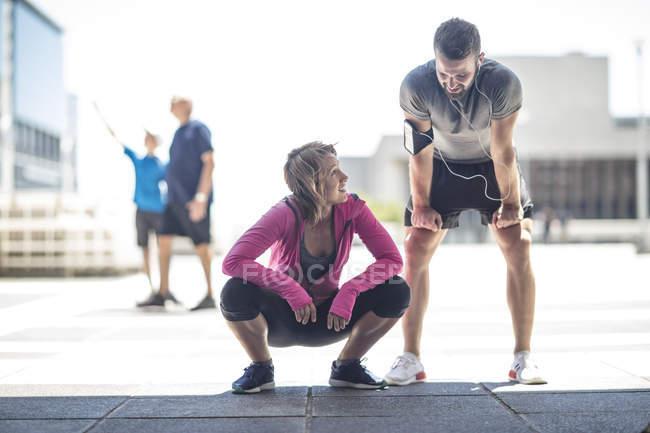Два спортсменів, узявши перерву в місті — стокове фото
