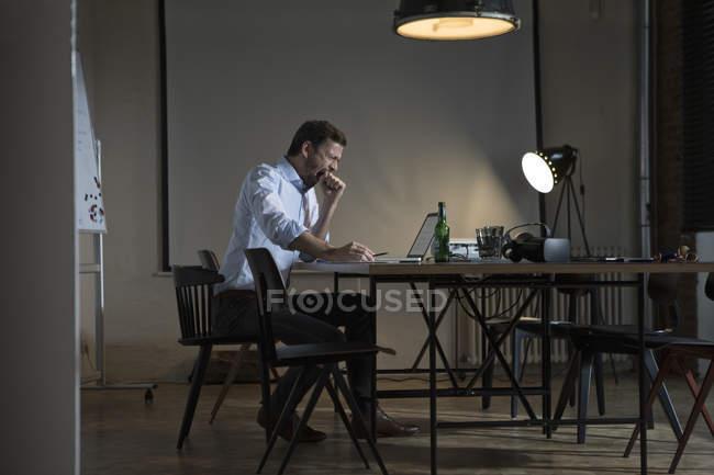 Homem de negócios exausto, trabalhando até tarde no escritório — Fotografia de Stock