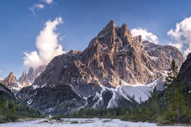 Italie, Province de Belluno, vallée de Hochpuster, parc naturel Tre Cime, chaîne de montagnes des Dolomites Sexten — Photo de stock