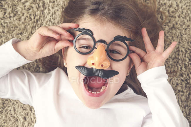 Portrait of screaming little girl wearing funny glasses — Stock Photo