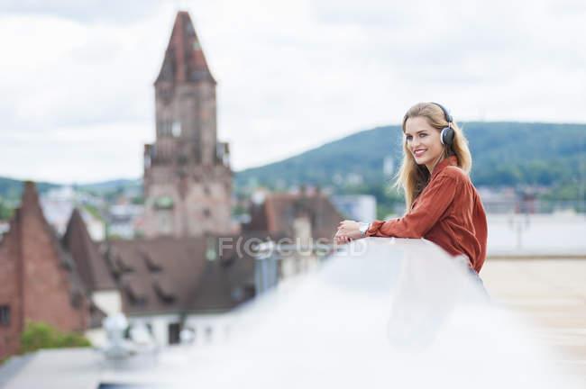Усміхаючись жінки прослуховування музики — стокове фото