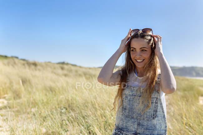 Портрет посміхається підлітків дівчина на пляжі — стокове фото