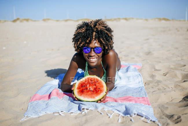 Giovane donna felice con anguria — Foto stock