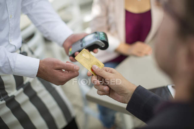 Customer paying with credit card in restaurant — Stock Photo
