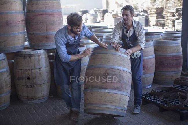 Coopera barril de vinho rolante na cooperação — Fotografia de Stock