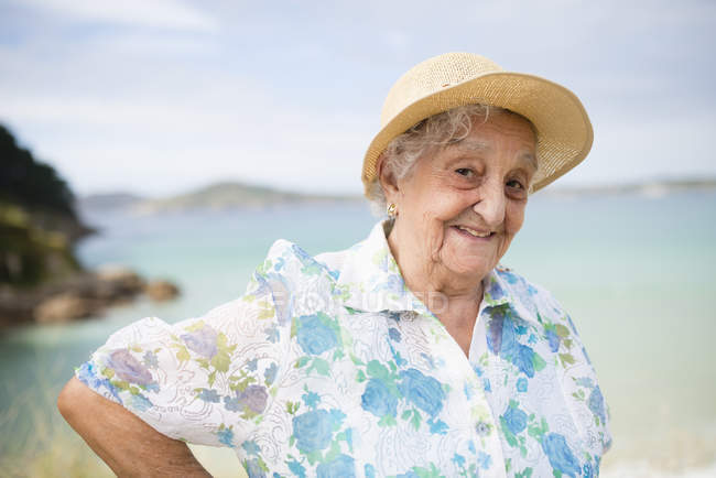 Senior woman wearing straw hat — Stock Photo