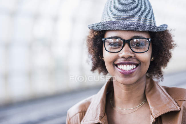 Frau mit Hut und Brille — Stockfoto