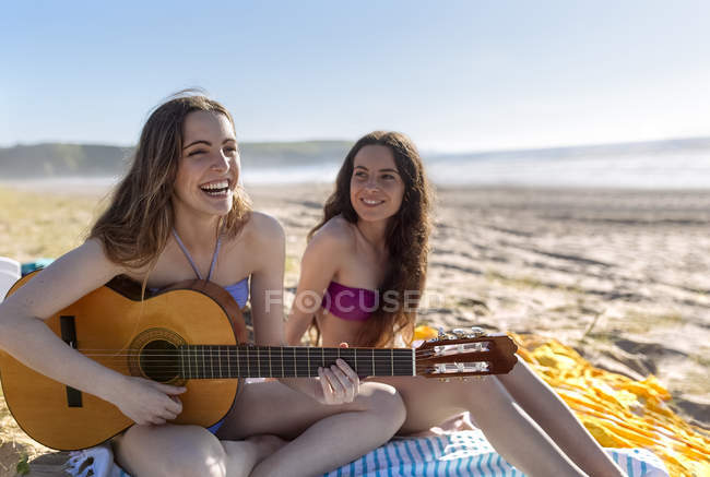 Friends having fun together on the beach — Stock Photo