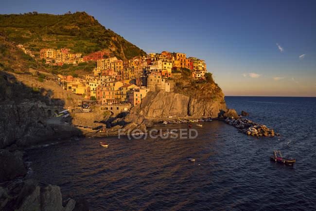 Italia, Manarola, vista sul paese dal mare al crepuscolo — Foto stock