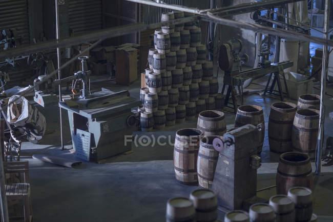 Interior da cooperação com barris de vinho artesanal — Fotografia de Stock