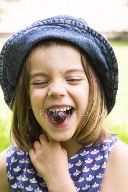 Ragazza con uva spina in bocca — Foto stock