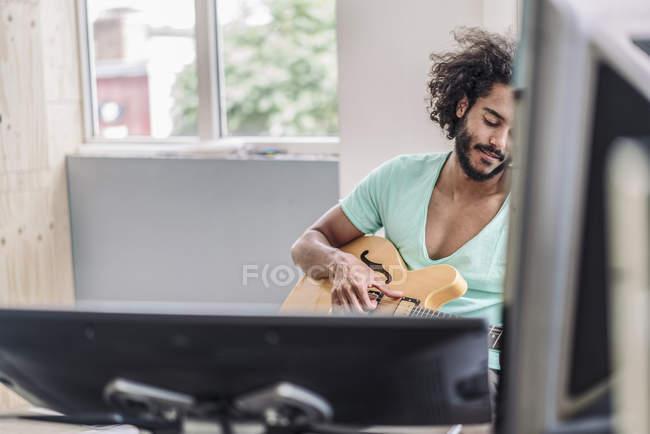 Homme jouant de la guitare — Photo de stock