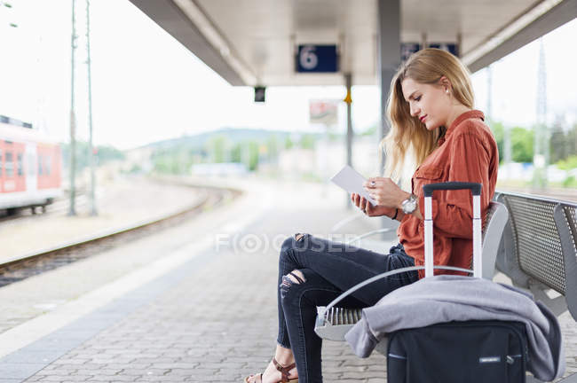 Young woman using tablet — Stock Photo