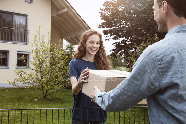 Woman receiving parcel — Stock Photo