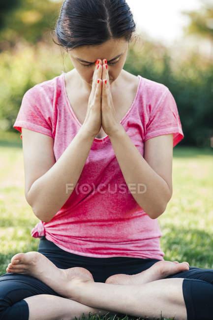 Молода жінка, робити йога, медитація за межами закритими очима — стокове фото