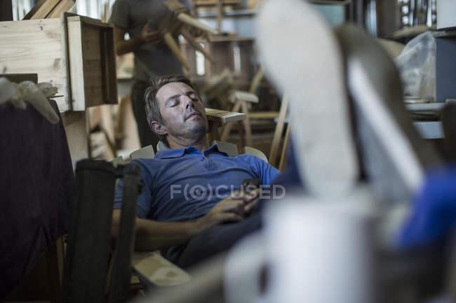 Carpinteiro cansado dormindo — Fotografia de Stock