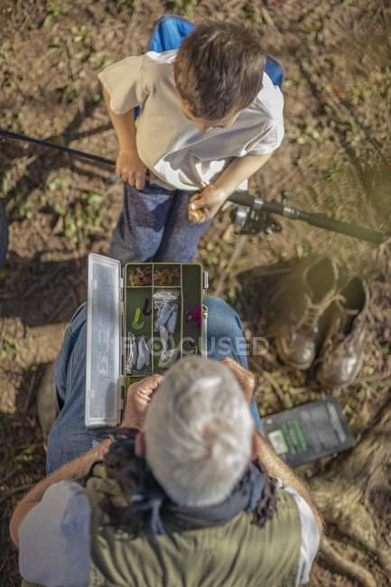 Abuelo y nieto embalaje sus equipos de pesca - foto de stock