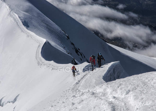 Italien, Gressoney, Alpen, Castor, Bergsteiger, Wandern im Schnee bedeckt Alpen — Stockfoto