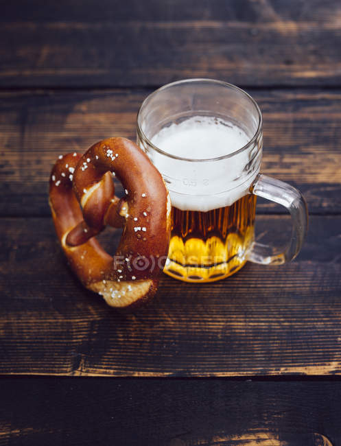 Pretzel e copo de cerveja — Fotografia de Stock