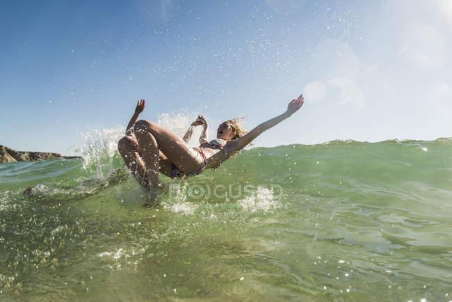 Teenage coppia having divertimento in il mare — Foto stock