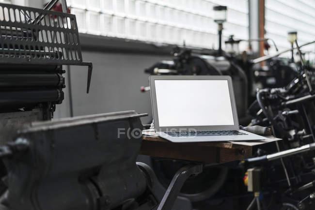 Ноутбук в типографии — стоковое фото