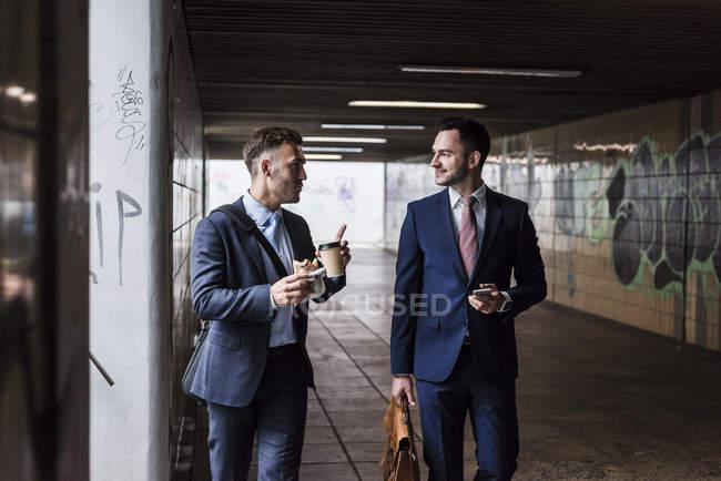 Бизнесмены гуляли во время кофе-брейка — стоковое фото