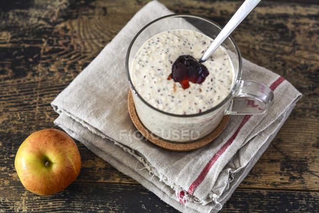 Vetro di porridge con marmellata — Foto stock
