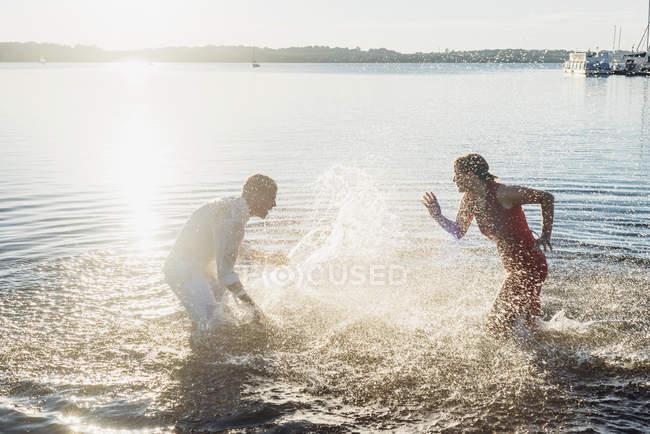 Coppia divertirsi al lago — Foto stock