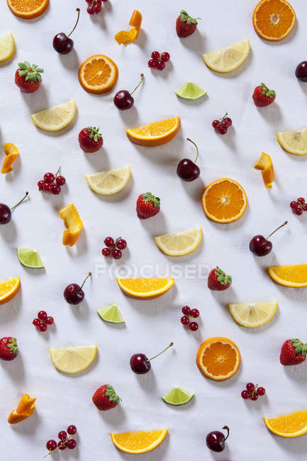 Collage de frutas y bayas sobre fondo blanco - foto de stock