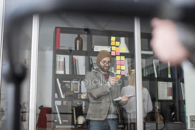 Professionnels de la création à l'aide de notes autocollantes — Photo de stock