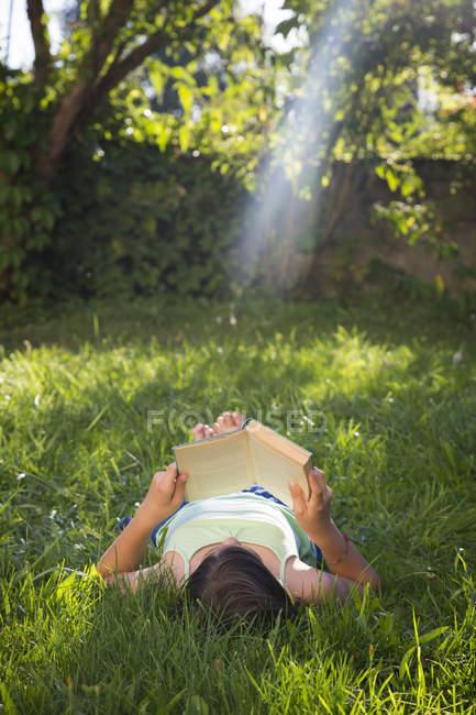 Девочка лежит на лугу — стоковое фото
