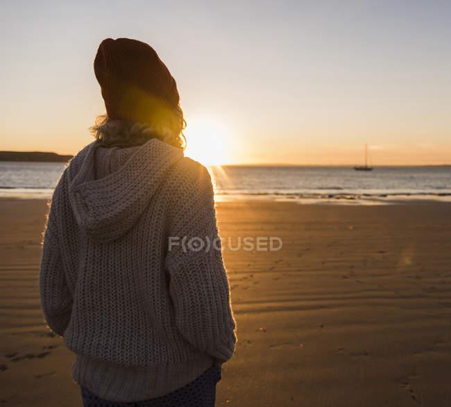 Adolescente ragazza in spiaggia — Foto stock