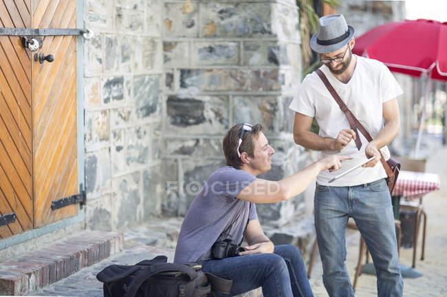 Zwei Männer mit digitalen Tablet im freien — Stockfoto
