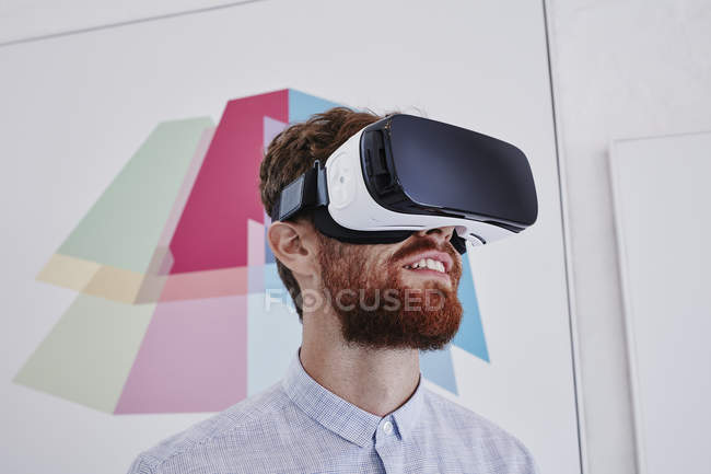 Людина в окулярах віртуальної реальності — стокове фото