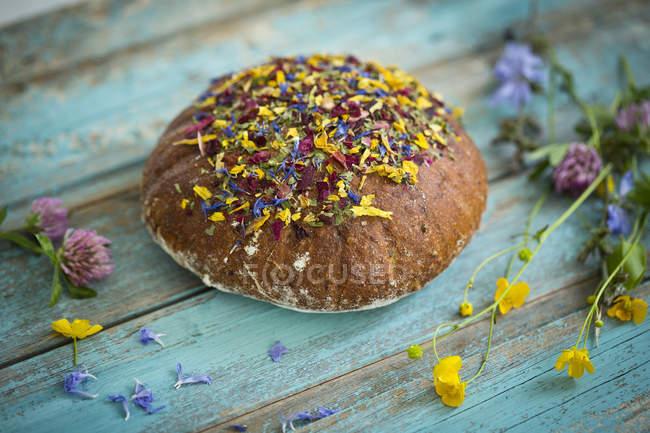 Blume-Brot auf Holz — Stockfoto