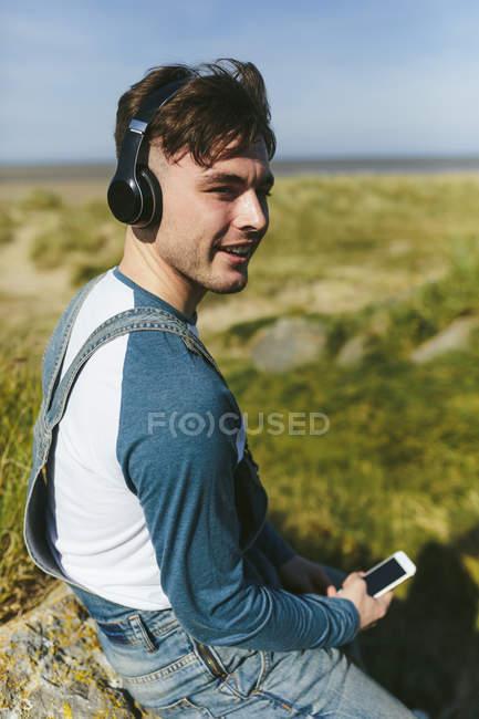 Man listening music in nature — Stock Photo