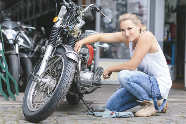 Young woman next to motorbike — Stock Photo