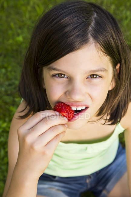 Ragazza mangiare fragola — Foto stock