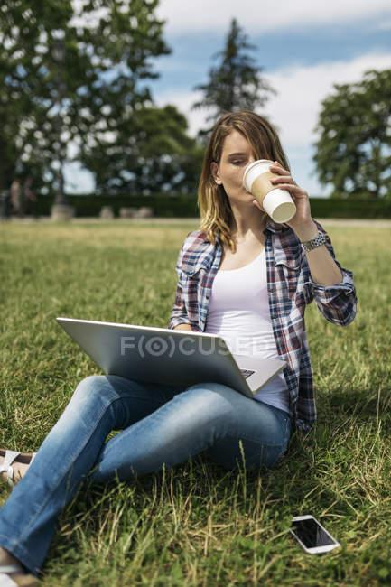Молода жінка з ноутбуком. — стокове фото