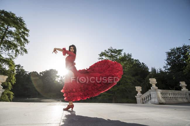 Жінки, одягнені в червоні танці фламенко на терасі на підсвічування — стокове фото