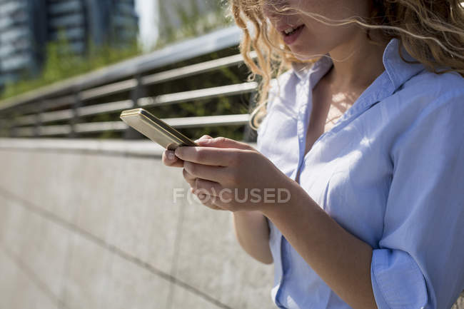 Бизнесмен, использующая мобильный телефон — стоковое фото