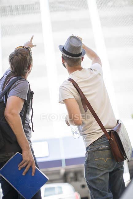 Deux hommes dans la ville de pointer du doigt — Photo de stock