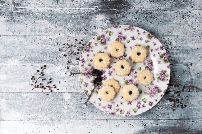 Top view of Cookies with elderberry jelly — Stock Photo