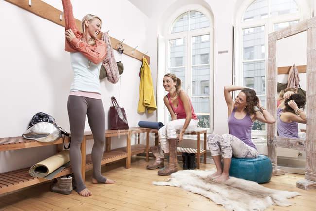 Группа женщин, переодевания в раздевалке студии йоги — стоковое фото