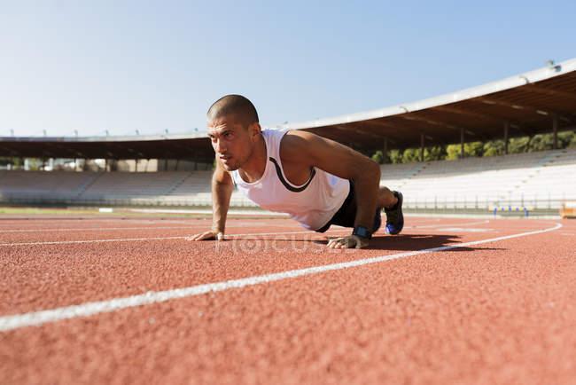 Спортсмен, роблячи pushups — стокове фото