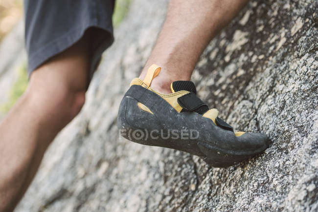 Close-up of foot of climber on rock — Stock Photo