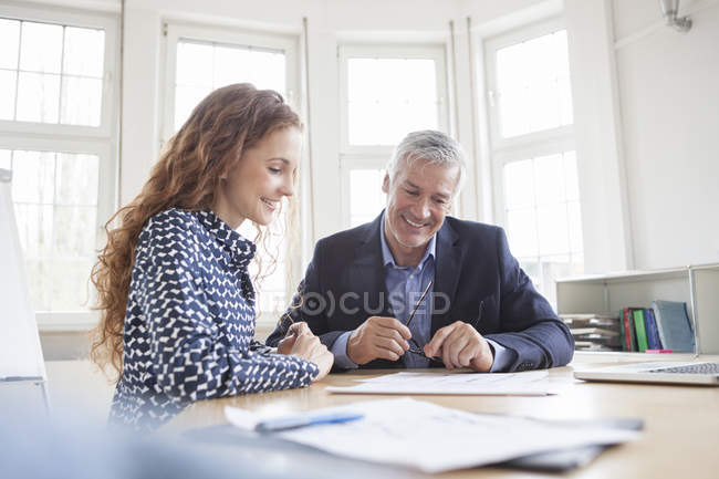 Businessman and woman discussing plans — Stock Photo