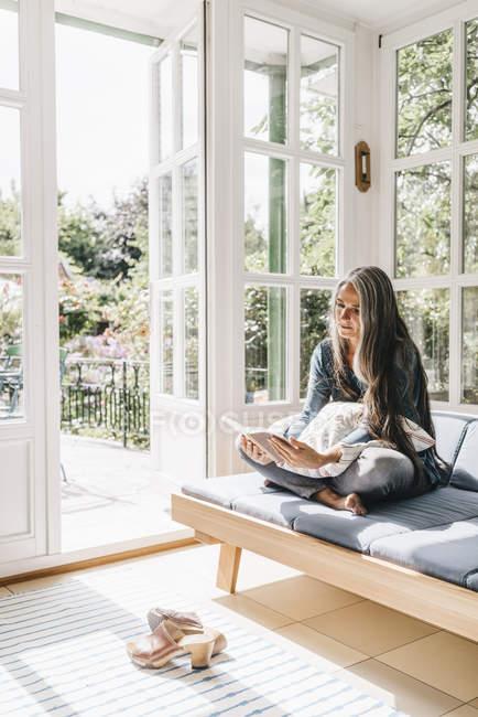 Donna seduta in salotto — Foto stock