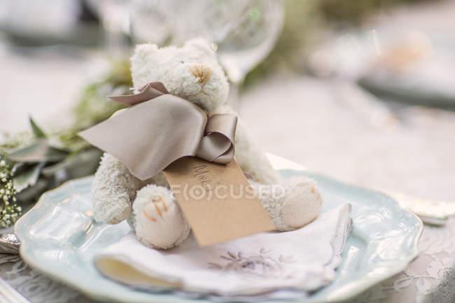 Teddybär mit Namensschild auf Gedeck für Hochzeit — Stockfoto