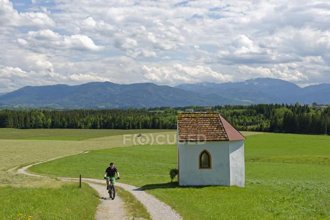 Германия, Бавария, Файстенберг рядом с Бейербергом, велосипедист едет по тропе в часовне Оттофа — стоковое фото